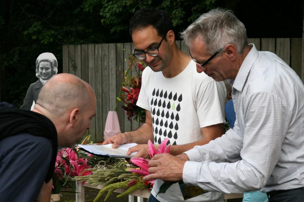 Wijnand van der Kooij van De Jong Lelies legt een bezoeker uit hoe de kleurcodering van een lelie wordt bepaald, 2015, KCCM