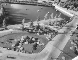 Zeshoekige bloembedden bij de ingang van het park, 1972, Stadsarchief Amsterdam