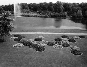 Zeshoekige bloembedden naast de centrale vijver tijdens de Floriade 1972, Stadsarchief Amsterdam