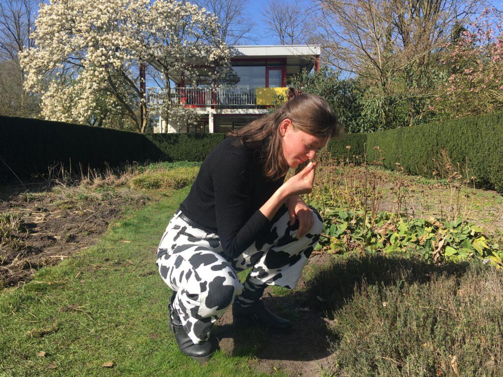 Foto Renee in de tuin naast het Rietveldhuis, het kantoor van Zone2Source